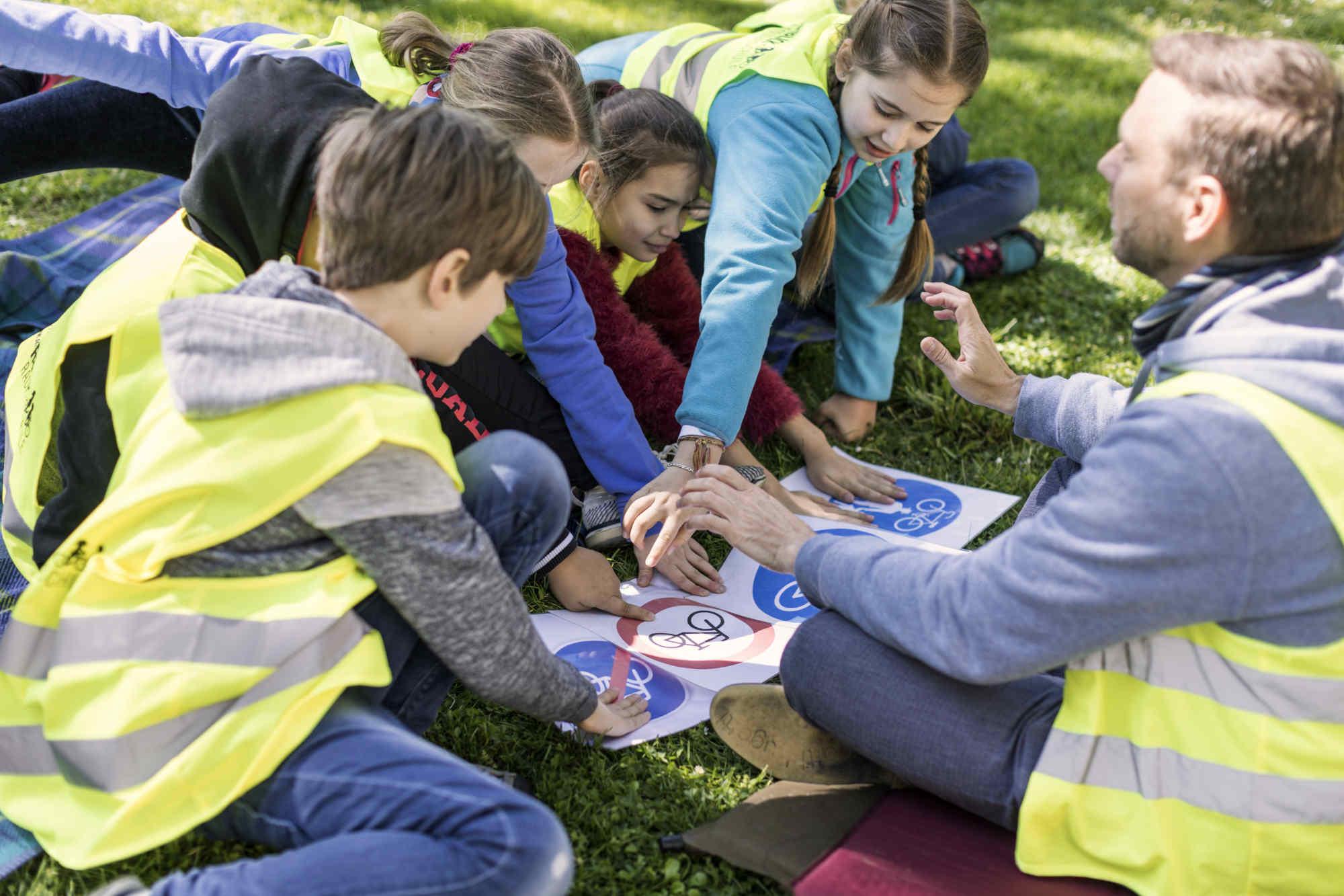 Kindergruppe erarbeitet Verkehrszeichen mit Trainer